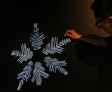 Edmund Lam dessine à la craie lumineuse